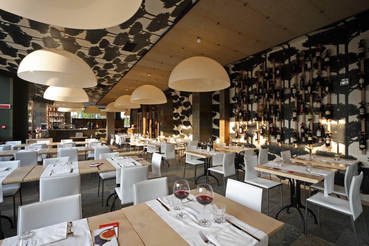 ristorante grani braci interni tavoli e pareti